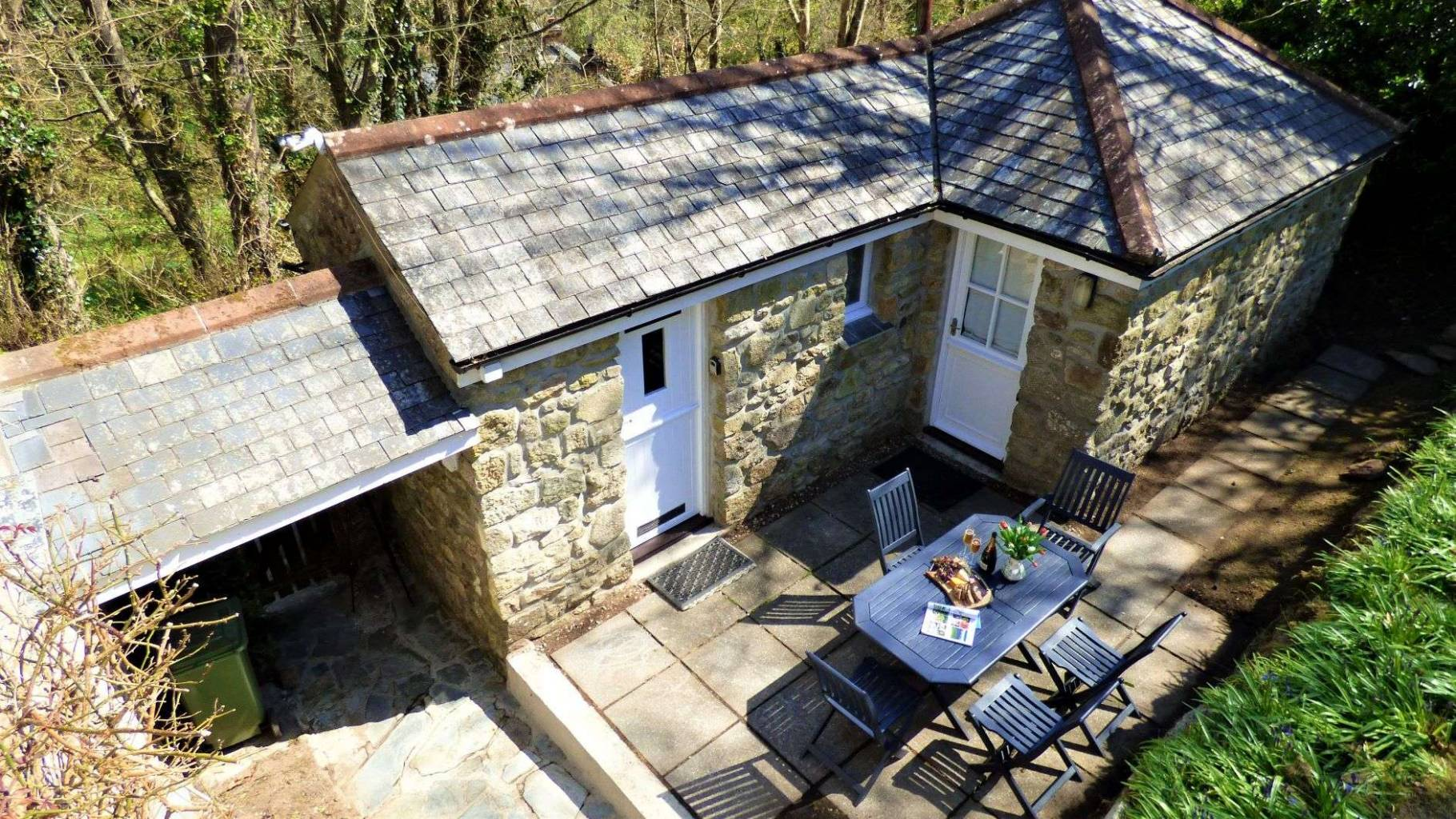 Cappy Cottage - annexe and courtyard